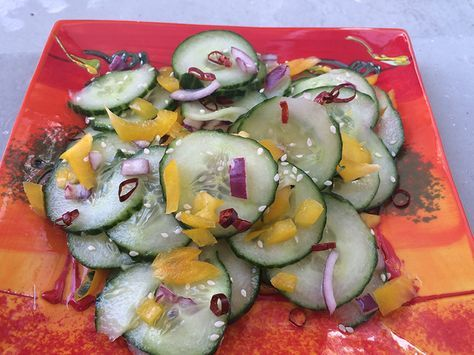 Japanse komkommer salade Deze speciale Japanse salade past heel goed bij elk gerecht. Door de rijstazijn, krijgt de komkommer precies het goede zuurtje en door de honing krijgt het een klein zoetje. Een salade die overal goed bij past