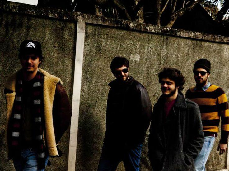"""Influenciados por outros gêneros musicais além do rock and roll psicodélico, a banda Mel Azul, conhecida na cena indie como uma banda instrumental, apresentas ao público do Hotel Cambridge seu novo álbum, """"Bonde do Esgoto""""."""