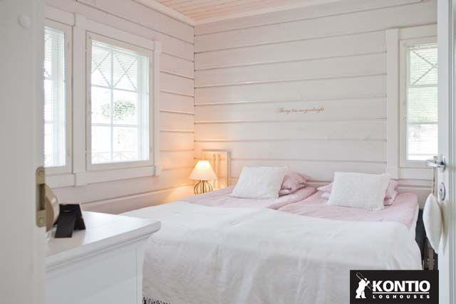 Chambre à coucher peint en blanc opaque dans un chalet en bois KONTIO.  http://www.kontio.fr/
