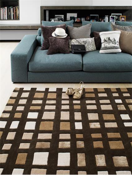 Dieser stilvolle Teppich bringt Abwechslung in den Raum. Der benuta Matrix Plaza ist ein hangetufteter aus Wolle gefertigter moderner Teppich. Durch sein klassisches Viereck Muster ist er schlicht, aber trotzdem auffallend. Die Farbpalette ist bunt gemischt. Dank seinen zeitlosen Look passt der Teppich hervorragend in jeden modern gestalteten Raum, wie zu klassischen Einrichtungen. #benuta #teppich #interior #rug #retro