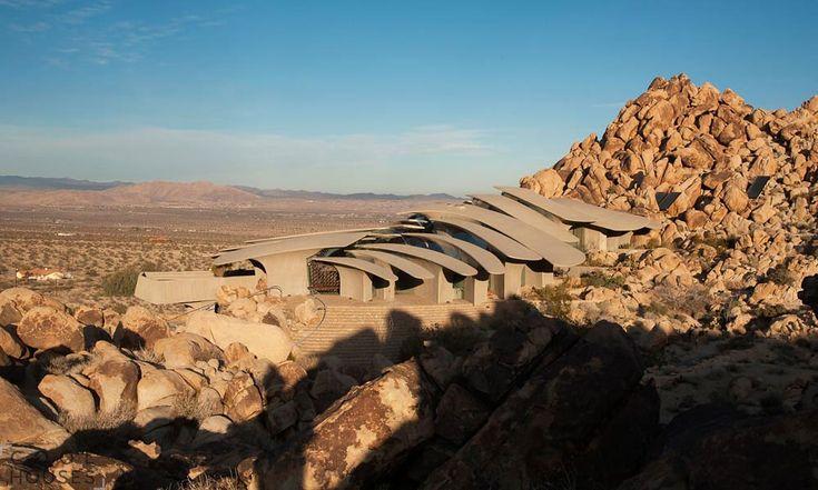 Оригинальный футуристический дом в пустыне национального парка-3