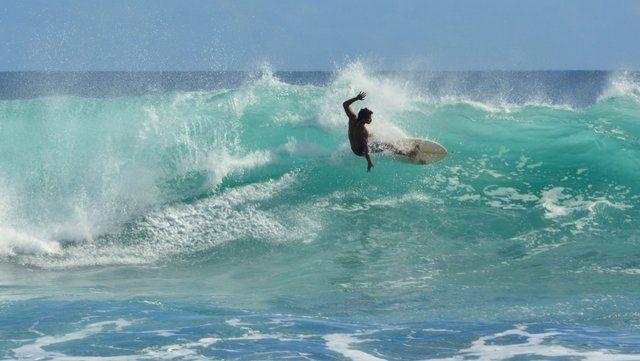 La Isla de Pascua tiene olas perfectas para la práctica del surf, un deporte muy seguido por los Rapa Nui