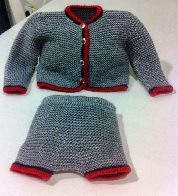 Conjunto austriaco de chaqueta y pantaloncito de punto hecho a mano color gris con vivos rojo y verde. Tallaje de 6 a 12 meses            P...