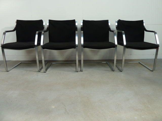 Walter Knoll - set van 4 stoelen uit de Art Collection  In goede staatWalter Knoll 4x eetkamerstoel met zwarte stoffen bekleding en roestvrij stalen onderstelAfmeting ca. Rughoogte 81 x Breedte 55 x Zithoogte 45 cm.Ca. 1990 Duitsland  EUR 1.00  Meer informatie