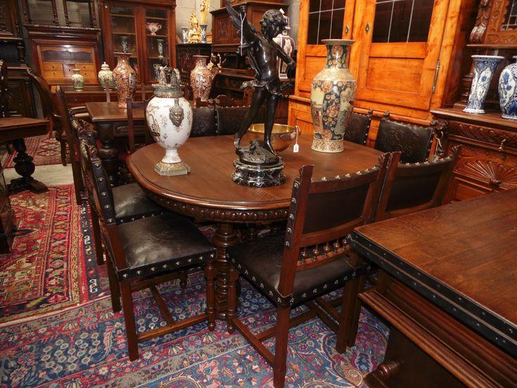 II.Henry Fransız Yemek Masası ve sandalyeleri. Cevizden yapılmış açılır kapanır bu nadide yemek masanın sandalyeleri ejderha kabartmalı deri ile kaplıdır. Görsel çekiciliği süslü pirinç döşeme çiviler tamamlamakta. Ölçüler: 142/56cm.x127/50cm.x72/38cm. Komple 240794cm.