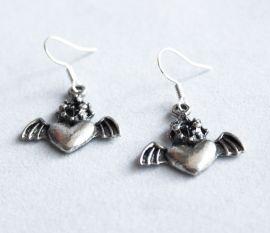 Mooie Mexicaanse 'Heilig Hart'-bedels waarbij het hart vleugels heeft. Deze hangen aan ;verzilverde oorhaakjes.