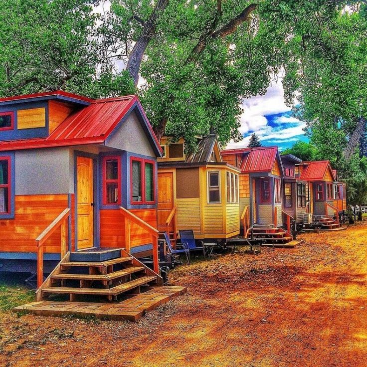 This is the Wee Casa tiny house hotel in Lyons, Colorado. The property features several tiny homes on wheels so you can try out tiny living! Please enjoy, learn more, and re-share below. Thank you!…