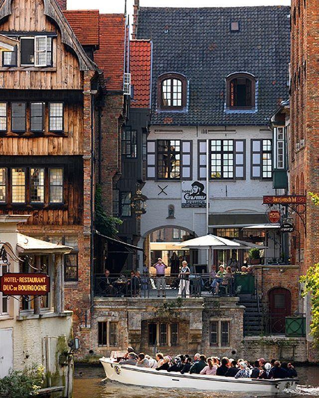 """Es pequeña, abarcable y además es una de las urbes medievales mejor conservadas de #Europa, con un centro histórico declarado Patrimonio de la Humanidad por la Unesco. Perfecta para recorrer a pie y sobre todo en barca por sus canales, #Brujas a la que muchos llaman """"la Venecia del norte"""" es una ciudad encantadora. Foto: milo-profi.be #Bélgica #ciudades #canales #viajes #travel #cities #felizviernes #FelizFinde"""