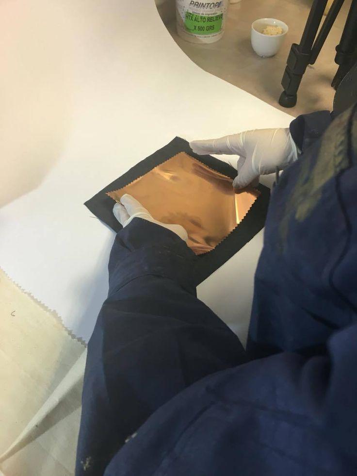 Luego de aplicar el adhesivo, superponer una capa de papel foil sobre el estampado aún fresco.
