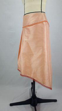 Jupe en soie sauvage bordée de dentelle :  vue profil