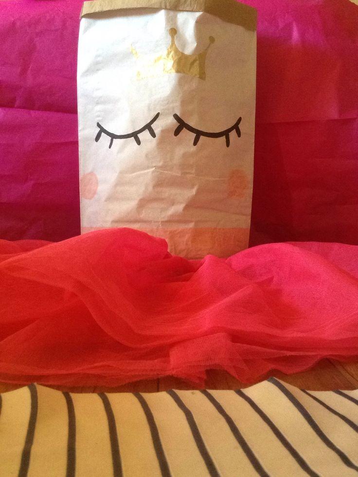 """,,Královna Pytlína"""" malý papírový pytel na přání Jsem královna Pytlína z papírové země Pytlíkov. Bydlím v papírovém zámku Pytlohrádku. Má podobizna je ručně namalovaná na papírové pytli s 2vrstvou fólií. Můžete si mě jen tak vystavit a nebo do mě uložit hračky, oblečení, vejde se do mě opravdu hodně věcí. Materiál je velmi pevný a odolný vůči..."""
