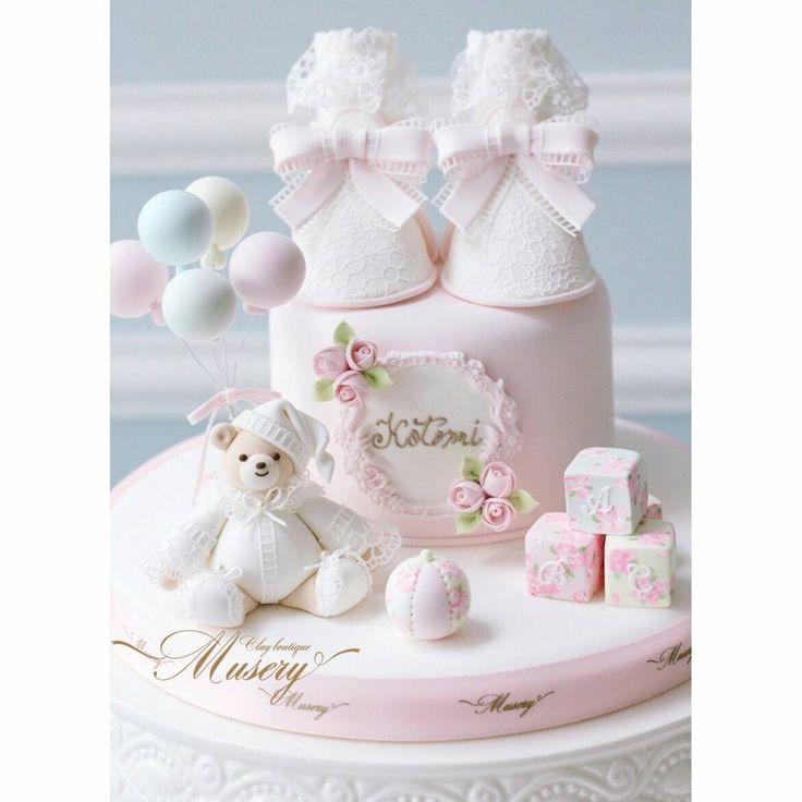 """. . ❁今日はオーダー商品の中から こちらのご紹介です❁ . Museryベビーライン🍼から 出産お祝いにとベビーシューズケーキを オーダーいただきました (👈スワイプ) . . Museryオリジナルデザインの レースの靴下を履いたベビーシューズ・ 可愛いレースドレスを着た Museryベア🐻の周りには、 . 花柄のペイント🖌を施した Toyたち...❁♪ . . 沢山のお花に囲まれた、 ロマッティックな世界に仕上げさせて いただきました◌⑅⃝♡* . レースも全てクレイ(高品質樹脂粘土)で 出来ています . . """"繊細でとっても可愛いです‼︎ ずっとお部屋に置いて 眺めていたくなります...💓"""" . と心温まるメッセージをいただきました . . ベビー商品を作っているときは 思わず笑みがこぼれてしまいます⁎ˇ◡ˇ⁎❁ . とても優しい時間の中で お作りさせていただけること とても幸せに思います . . 甥っ子さまに 喜んでいただけますように.。.:*♡ . G様、いつもありがとうございます❤ . . . *✩⑅ ◡̈⃝* ⋆*✩⑅ ◡̈⃝* ⋆*✩⑅…"""