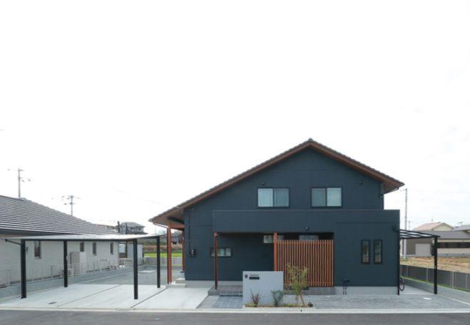 小上がりの畳がある大屋根の家 玄関 格子 ホームウェア 家 外観 モダン