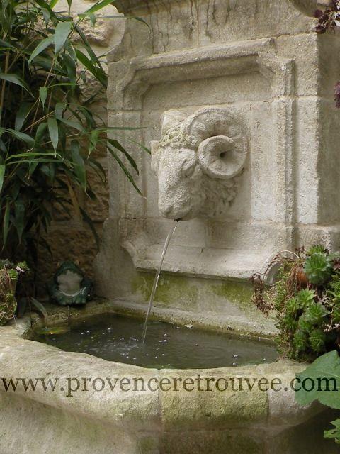 La fraîcheur qu'apporte une fontaine en pierre dans un jardin.