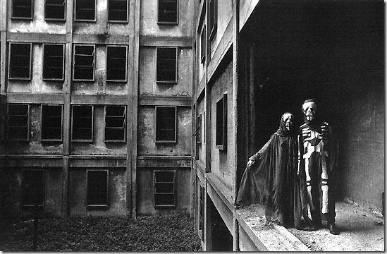 (c) Eduardo Gil | Eduardo Giles un fotógrafo argentino (nacido en Buenos Aires en 1948, vive y trabaja allí) de los más importantes de su país. Su obra ha evolucionado del blanco y negro militante y de denuncia social, al color y a una fotografía más conceptual. Compatibiliza su trabajo comercial con el artístico y la docencia.