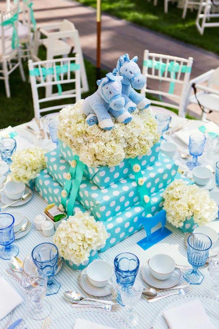 déco de table pour anniversaire de bébé en turquoise clair et hortensias blancs