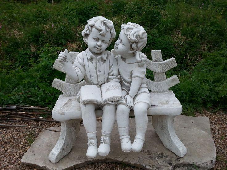 Tyttö ja poika patsas.  Ennen nämä istuivat kesäisin kallarin katolla mutta kova homma viedä ne sinne ja tuoda alas kun ovat niin raskaat.