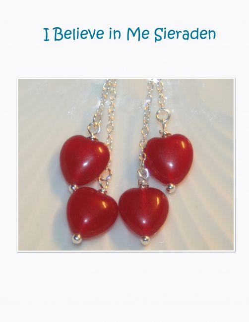 Lange oorbellen met 2 cherrykwarts hartjes.Alle sieraden zijn handgemaakt in ons eigen atelier. De oorbellen zijn standaard uitgevoerd met een sterling zilveren oorhaakje, echter het is ook mogelijk deze oorbellen (voor een kleine meerprijs) -