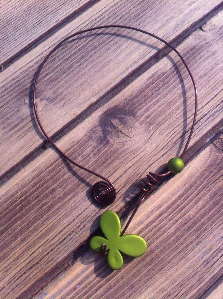 Collier n°001  En fil d'aluminium marron et perles verte  Retrouvez ce modéle sur ma page facebook : https://www.facebook.com/olivia.creation.5
