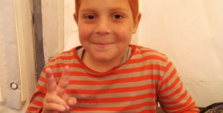 Naar, siriano, 6 anni, lentiggini e capelli rosso fuoco, è arrivato in Sicilia dopo un viaggio di 12 giorni nel mezzo del mediterraneo, schiacciato con 250 Siriani e Palestinesi in una carretta del mare, in balia dei trafficanti e di onde altissime.