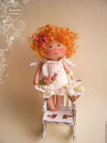 Купить или заказать Рыжий ангелочек текстильная интерьерная куколка в подарок в интернет-магазине на Ярмарке Мастеров. Текстильная куколка ручной работы. Рост около 14 см. Сделана по мотивам работ Е. Гапчинской. В работе использован хлопок 100%. Платьице пошито из нежнейшего жатого батиста, вышито и расшито бисером. В ручках сердечко (размер 2.5-3см) , на нем тоже объемная вышивка, бисер, украшено шебби лентой.