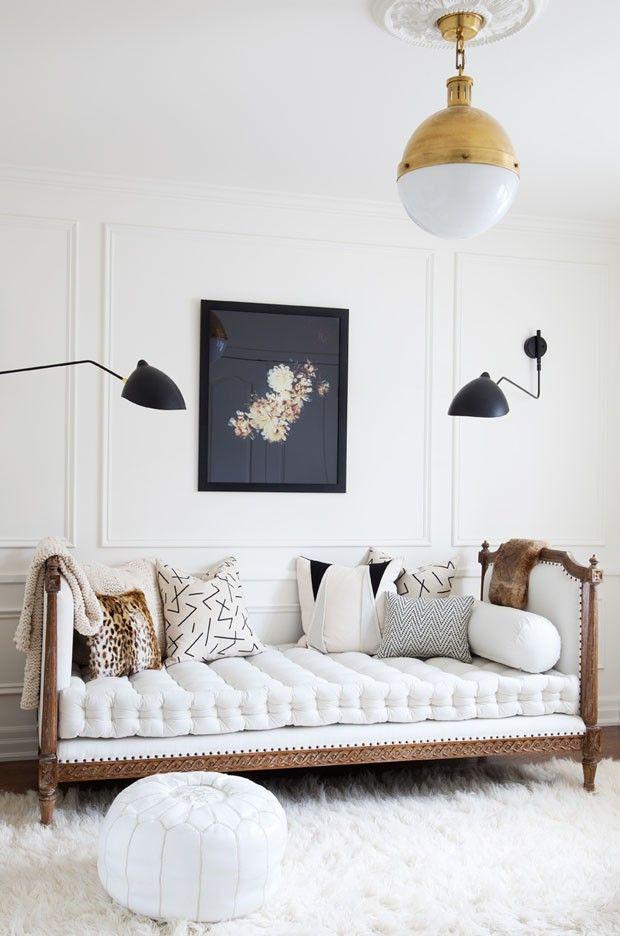 Almofadas inserem cor e textura na sala...#clássico #branco #casavogue