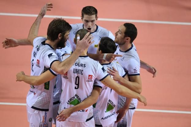 Volley - Coupe CEV (Hommes)                                                                                                                                                        http://www.lequipe.fr/Volley-ball/Actualites/Tours-remporte-la-demi-finale-aller-contre-united-volleys-rheinmain/789028#xtor=RSS-1