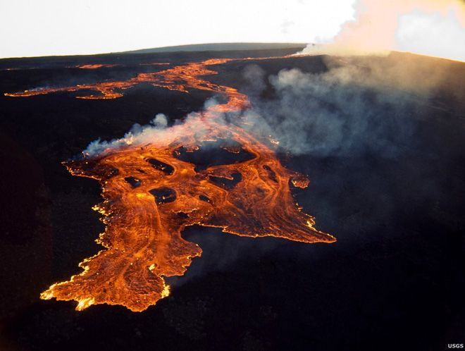 Guest Post: Remembering When Mauna Loa Last Awoke: The First 24 Hours (Part 1) BY ERIK KLEMETTI0 3.25.14 The first morning of the 1984 eruption, long, burning red lava flows stretched across Mauna Loa's northeastern side. Image: RBM, USGS