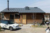 家を建てるなら、山小屋のような家を作りたい。アウトドア用品のインポートの仕事をする田中嵐洋さんも、妻の佳代子さんも同意見だった。