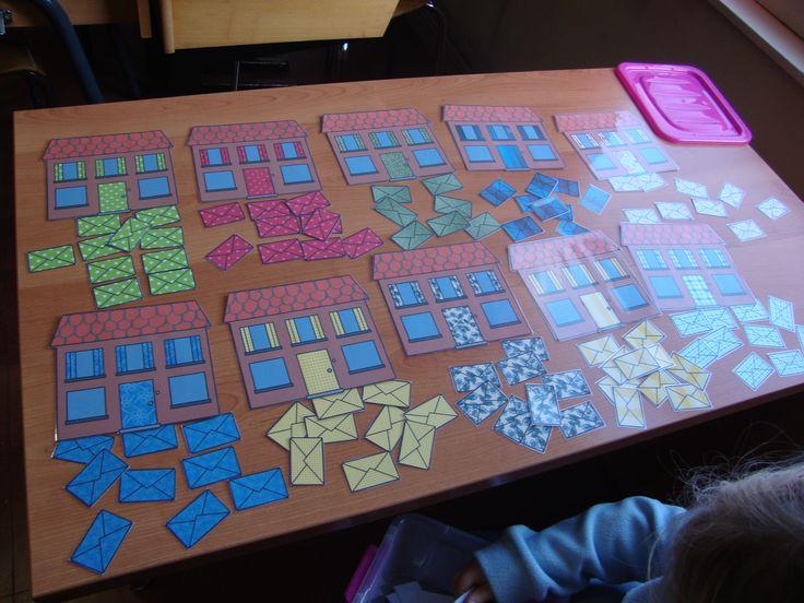 Tel- en sorteerspel in thema 'de postbode': de brieven bij het juiste  huisje brengen