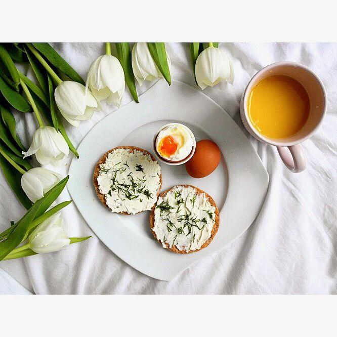 Późne śniadanie: jajko na miękko z pieczywem pszennym od Wasa z serkiem Almette z ziołami i sok pomarańczowy 🍊😋 ---> Zapraszam na moją stronę na fb https://m.facebook.com/eatdrinklooklove/ ❤ . .  Late breakfast: soft egg with wheat bread from Wasa with Almette cheese with herbs and orange juice 🍊😋 ---> I invite you to my page on fb https://m.facebook.com/eatdrinklooklove/ ❤ .