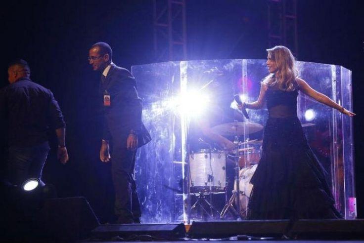 Fã invade palco e machuca braço de Sandy durante show em Recife #Cantora, #Filha, #Gente, #Instagram, #M, #MaraMaravilha, #Música, #Noticias, #Novo, #Show, #Teatro, #Youtube http://popzone.tv/2017/03/fa-invade-palco-e-machuca-braco-de-sandy-durante-show-em-recife.html