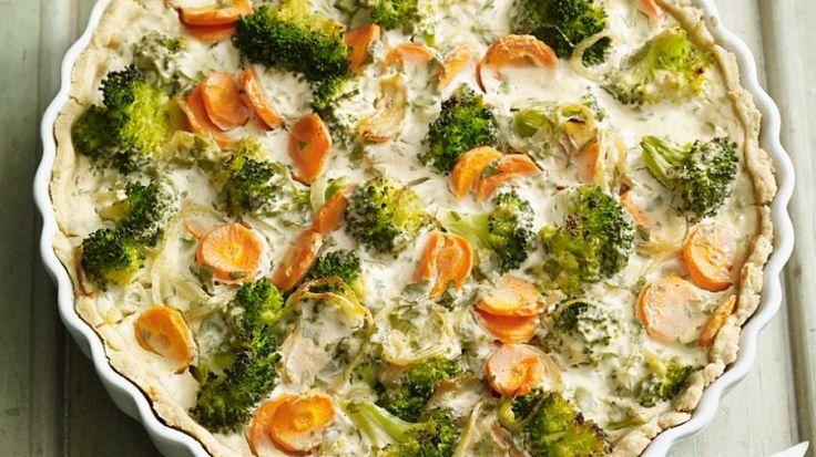 Würziger Ziegenkäse verleiht dem Gemüsekuchen das gewisse Etwas: Gemüsequiche mit Möhren und Brokkoli | http://eatsmarter.de/rezepte/gemuesequiche-mit-moehren-und-brokkoli
