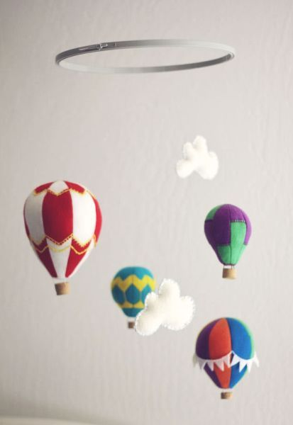 Balões despertam nas crianças a curiosidade e aventura, estes são fáceis de fazer e ficam muito bonitos pendurados no móbile. O móbile você poderá criar de madeira, galhos, ou com argolas que são v…
