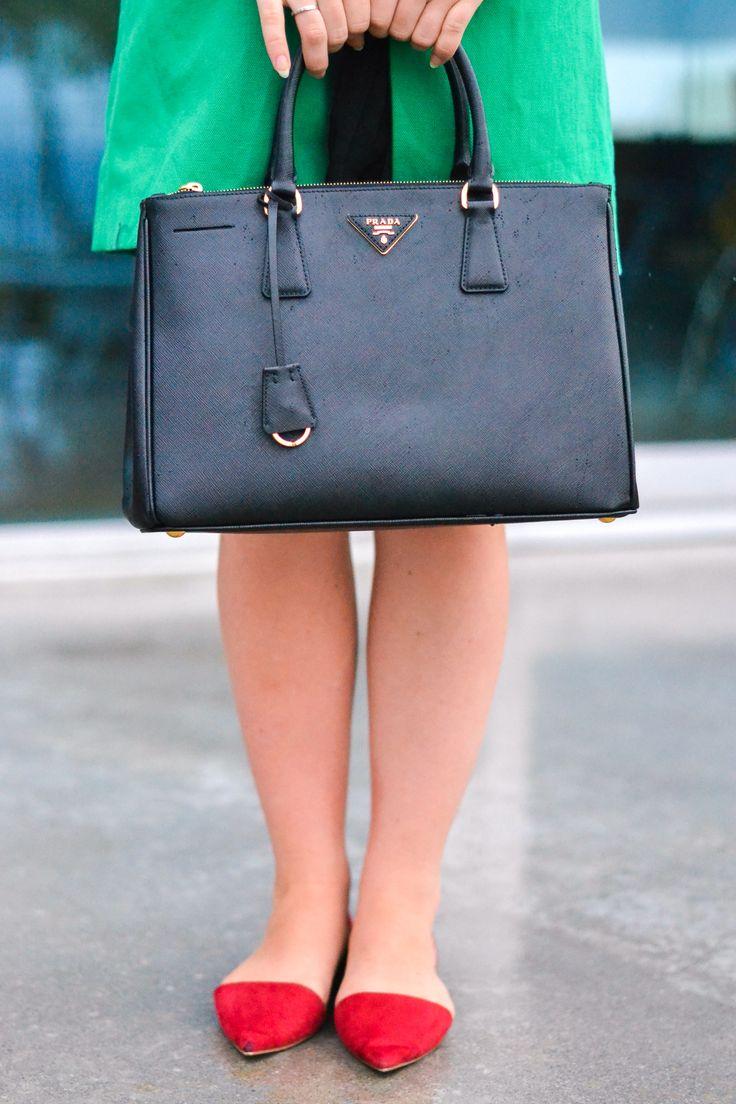 Superbe sac de luxe Prada, modèle Saffiano. Disponible en locations sur Dressing Avenue https://www.dressingavenue.com/double-zip-lux-tote-saffiano/sacs-a-main/prada/395 ©Crédit photo bistrosttropez