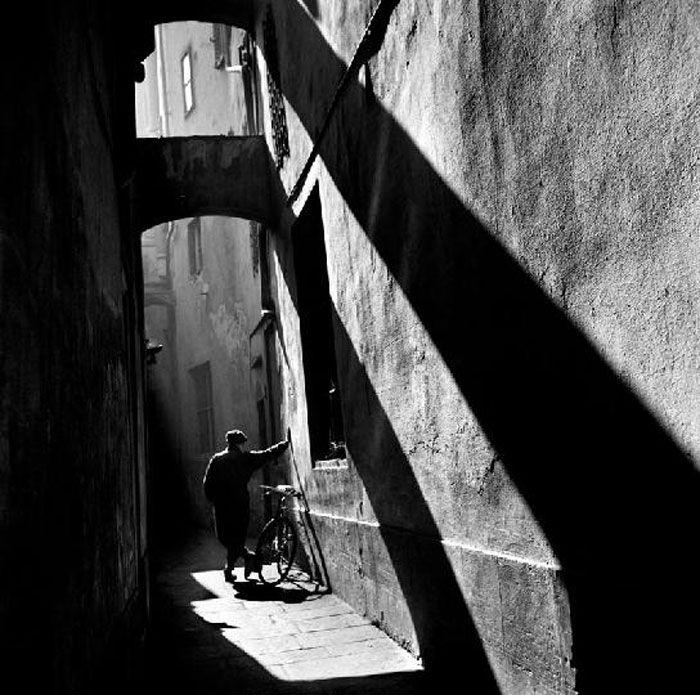 Firenze, vicolo del Bazar, 1957 - Piergiorgio Branzi www.italianways.com/photographing-the-essential-interview-with-piergiorgio-branzi/