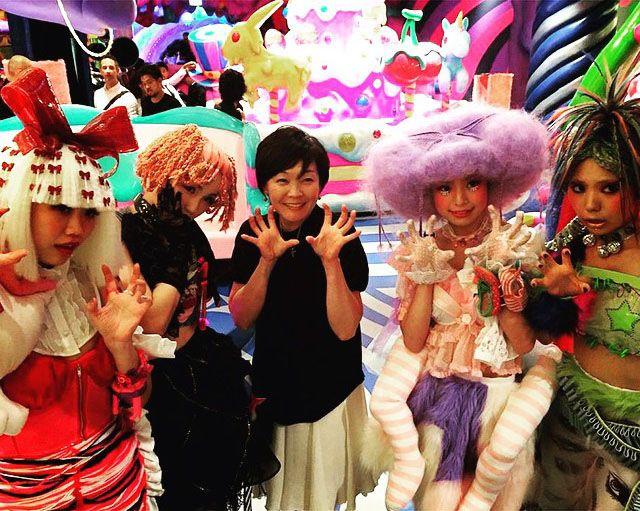 Comme vous le savez, le café le plus kawaii de Tokyo a ouvert ses portes le 1er août dans le quartier de Harajuku à Tokyo. Il est grand temps d'y faire une petite visite !  Le Kawaii Monster Cafe est le résultat d'une collaboration entre le directeur artistique Sebastian Masuda, pionnier de la culture kawaii au Japon et Diamond Dining. Masuda est le gérant de 6%DOKIDOKI, qui célèbre son 20e anniversaire cette année, et a également collaboré avec la chanteuse Kyary Pamyu Pamyu. Le thème du…