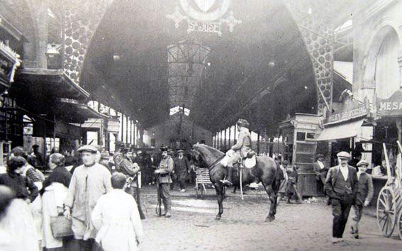 La vaga de la Canadenca  Guàrdia civil a cavall a la Boqueria durant la vaga.    El febrer del 1919 l'acomiadament d'uns treballadors de la Canadenca, nom amb què es coneixia popularment l'empresa hidroelèctrica Barcelona Traction, va desencadenar una vaga que ha passat dins la història de la ciutat com una de les principals manifestacions de la Barcelona de l'època.     Després de setmanes de vagues dels diferents sectors els obrers de l'electricitat van deixar a les fosques la ciutat.