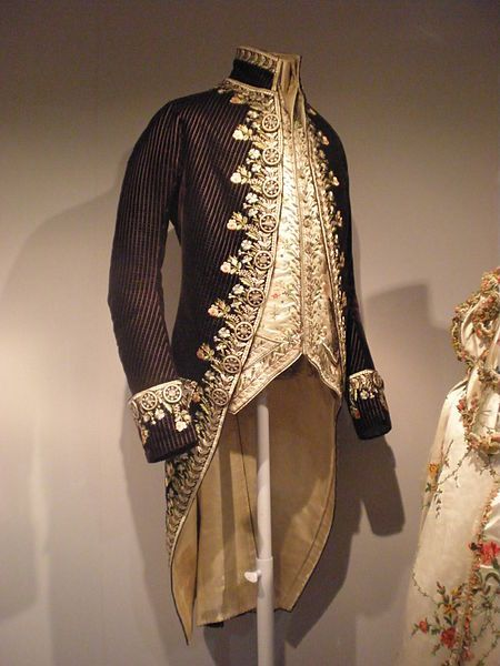 V&A - Britain Loves Wikipedia. Creative Commons 2.0 license. English: Man's Court Coat and Waistcoat  About 1800  Britain or France  Embroidered velvet and satin