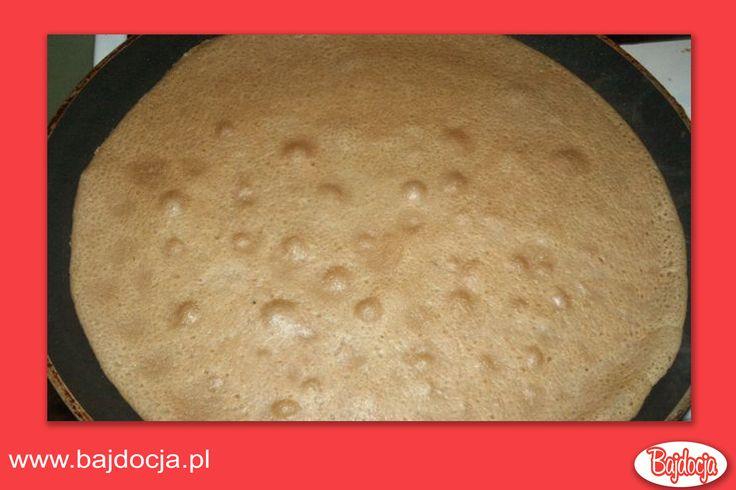 W tym czasie przygotować twarożek. Wymieszać go z domowym cukrem waniliowym. Borówki umyć, osuszyć (można użyć mrożonych, tylko trzeba je rozmrażać na  ręczniku papierowym, aby pozbyć się nadmiaru wody). Rodzynki sparzyć i osączyć. Ciasto naleśnikowe ponownie zmiksować. Smażyć na patelni teflonowej bez dodatku tłuszczu cienkie naleśniki.