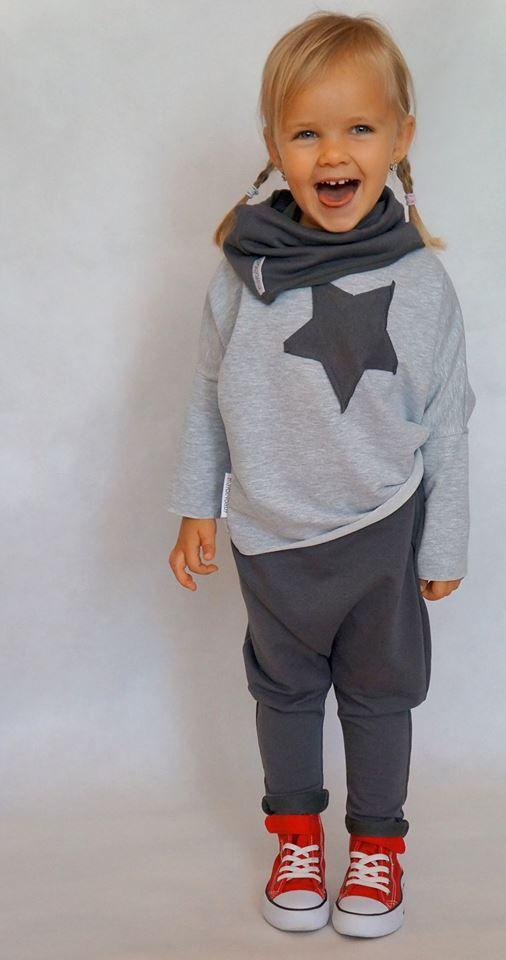 Oversie'owa koszulka STAROVER od Maybe4baby z długiem rękawem. Odpowiednia zarówno dla dziewczynki jak i dla chłopca. Jest tak klasyczna, że pasuje zawsze i wszędzie. Surowe wykończenia i prosty krój nadają jej niepowtarzalnego charakteru.