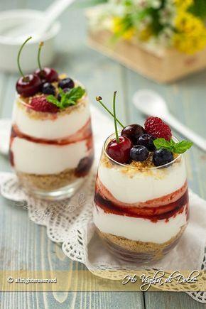 Coppette con mousse allo yogurt e frutta fresca, una ricetta facile, veloce e senza colla di pesce. Un dolce al cucchiaio fresco perfetto per la merenda.