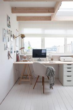 spunto per la scrivania! Magari con cassettiera grigia che stacca e piano bianco (o grigio), tutto IKEA ovviamente