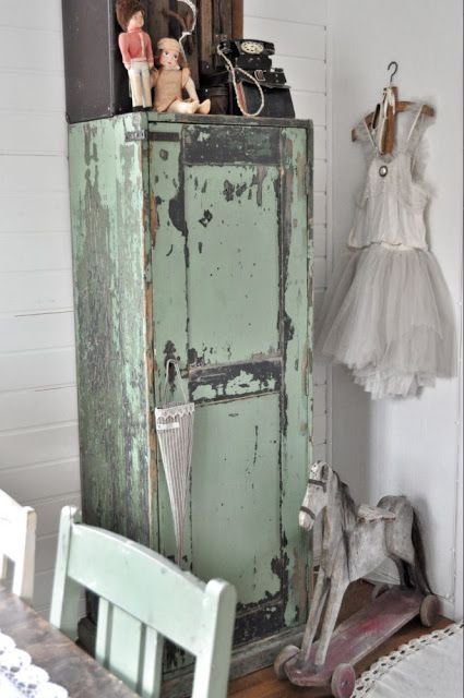 would love to re-create the charm of this cabinet -- in paint! Oh Annie (Sloan) & Miss Mustard Seed ... I'm calling you!!!!