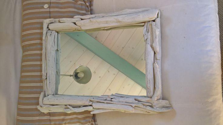 Specchio con cornice fatta con rametti trovati in spiaggia
