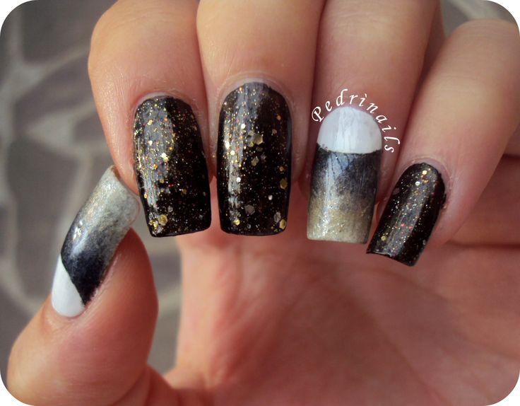 Accent manicure lunare - Black, blue, golden and white sponged nail made with nail vinyls + glitter - photo © Pedrìnails  http://pedrinails.blogspot.it/2014/11/6-smaltopedia-20-nail-art-ispirata-let.html