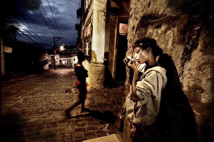 Consumatori di Paco: è lo scarto della lavorazione della cocaina mischiato con colla, cherosene, veleno per topi e vetro. Ha un effetto devastante sul cervello e porta rapidamente all'assuefazione.