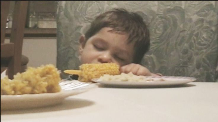 6 Hilarious Hungry Toddlers Who Can't Stay Awake: These funny babies are totally you when you're hungry but also tired.