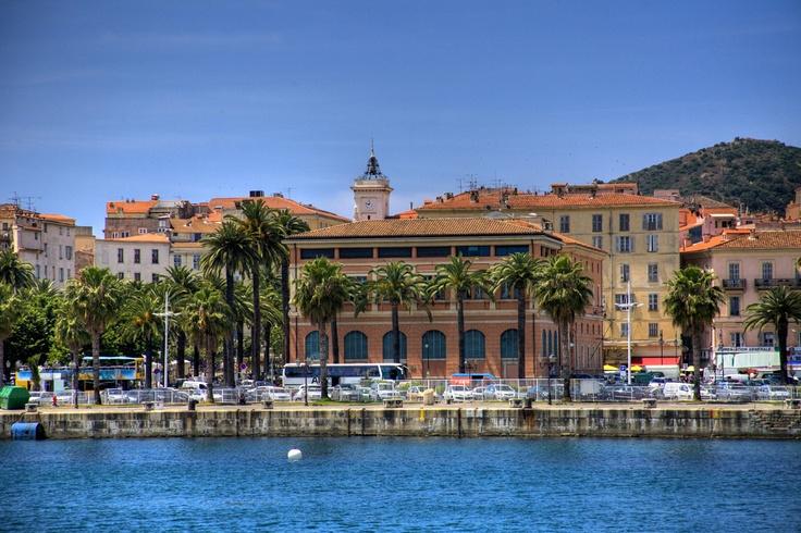 #Corse #Ajaccio . Bordée par la mer Méditerranée, Ajaccio est une charmante ville avec des ruelles ombragées et une jolie plage. Son port bourdonne d'activité et le marché qui se tient quotidiennement dans la vieille ville est un vrai plaisir pour les touristes. De nombreux musées sont consacrés à Napoléon Bonaparte, le héros d'Ajaccio, et chaque année la ville célèbre l'anniversaire de sa naissance en grande pompe. http://vp.etr.im/ab8b