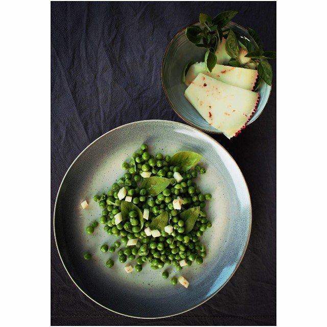 Peas and love! New suggestion from Hellas Frost SA ! Delicious autumn dish with green #peas, shallots, basil, freshly ground black pepper, extra-virgin olive #oil and cretan 'graviera' cheese with chili! Why don't you try this and tell us your opinion? Η #hellasfrost προτείνει ένα απλό φθινοπωρινό πιάτο με αρακά, κρεμμύδι, βασιλικό και γραβιέρα Κρήτης με τσίλι!